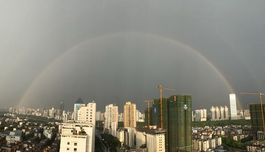 风雨过后 双彩虹横挂南宁上空