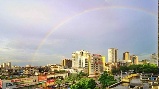 广西钦州:雨后彩虹现身 天空一碧如洗