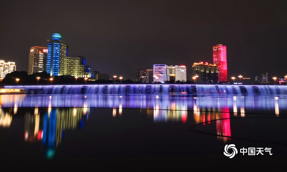 南宁南湖大桥流光溢彩 夜色迷人