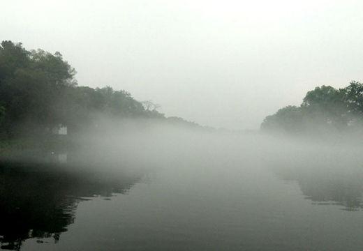 灵川江面雾气缭绕 引民众驻足拍照