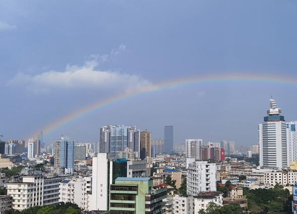 一场短暂降雨过后 南宁天空现美丽彩虹